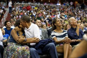 Le président embrasse sa femme Michelle Obama en public