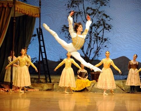 """Japan-Gastspiel, """"Schwanensee"""": Friedemann Vogel als Prinz Siegfried, Foto: Stuttgarter Ballett"""