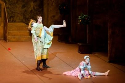 Second performance on Saturday evening: Anna Osadcenko (Katherina), Elisa Badenes (Bianca) and Nikolai Godunov (Baptista).