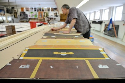 Christoph Schmidt is working on the details of the painted suitcases.