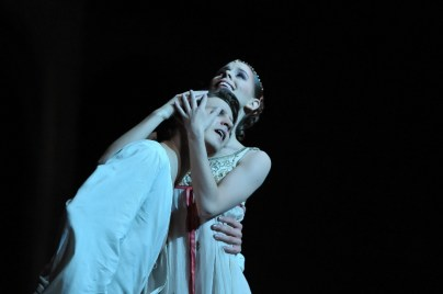Elisa Badenes as Juliet, David Moore as Romeo