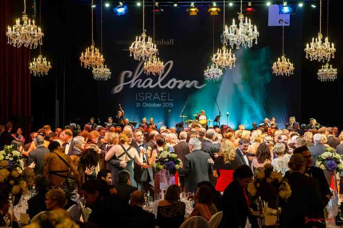 Porsche Leipzig Opera Ball partnership extended: Dancing at Leipzig Opera Ball with Shalom Israel in b.g. Credit: Porsche AG