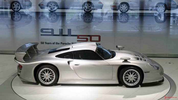 How to choose the best car insurance - Porsche supercars: 911 GT1, 1997, right side. Credit: Porsche AG