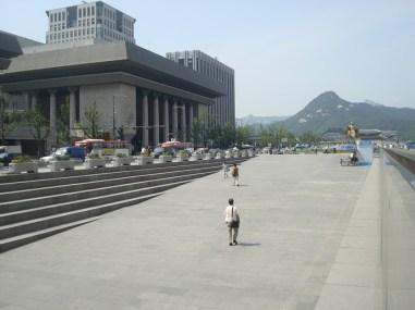 Korea-Gastspiel: DIE KAMELIENDAME - Das eindrucksvolle Sejong Center am (sonnigen) Tage