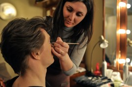 Lola Khourramova schminkt Alexander Zaitsev vor seinem Auftritt als Mercutio