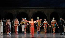 Alexander Zaitsev verbeugt sich nach der Vorstellung auf der Bühne auf dem seine Tänzerkarriere begonnen hat