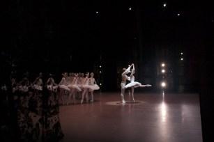 """Japan-Gastspiel, """"Schwanensee"""": Schwanensee-Vorstellung mit Alicia Amatriain (Odette/Odile) und Friedemann Vogel (Siegfried), Foto: Stuttgarter Ballett"""