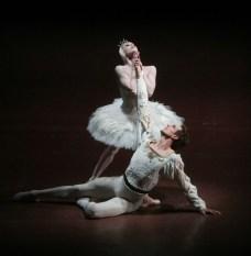 """Japan-Gastspiel, """"Schwanensee"""": Anna Osadcenko (Odette/Odile) und Evan McKie (Siegfried), Foto: Stuttgarter Ballett"""