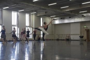 """Japan Gastspiel: Im Ballettsaal: Proben zu """"Schwanensee"""" (Anna Osadcenko und Ensemble), Foto: Stuttgarter Ballett"""
