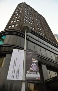 Die große Straße zum Shanghai Grand Theater ist mit Ankündigungen unserer Vorstellungen gesäumt