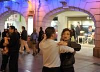 China-Gastspiel, Man tanzt hier Tango auf der Straße, Foto: Roman Novitzky