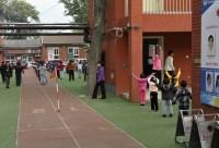 China-Gastspiel, Der Weg zum Theater führt an einem Schulhof vorbei. Jeden Morgen stellen sich hier die Kinder auf, Foto: Roman Novitzky