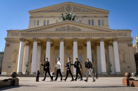 Jesse Fraser, Robert Robinson, James Fisher, Özkan Ayik and Alexander MacGowan machen Freudensprünge vor dem Bolschoi