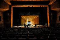 Ausladen und Aufbau auf der Bühne im Thailand Cultural Center