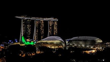 Singapur bei Nacht – rechts: das Esplanade Theater