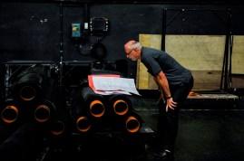 Bühnenoberinspektor Axel Schob studiert die Pläne des Esplanade Theater