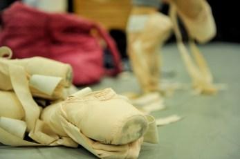 Spitzenschuhe im Ballettsaal.