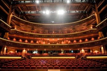 Ein beeindruckendes Bild: Blick von der Bühne in den Zuschauerraum.