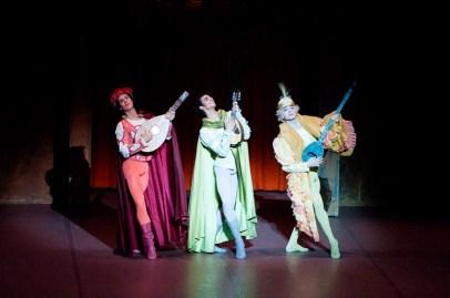 Die zweite Vorstellung am Samstag fand vor einem komplett ausverkauften Royal Opera House statt. Die drei Verehrer Biancas (Roland Havlica, Constantine Allen, Özkan Ayik) vermochten die Stimmung im Publikum von der ersten Szene an aufzulockern.