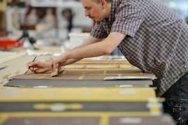 Christoph Schmidt kümmert sich bei den gemalten Koffern um die Details.