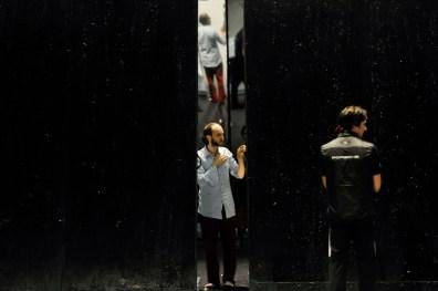 Sidi Larbi Cherkaoui auf der Bühne, mit dem Bühnenbild von Willy Cessa