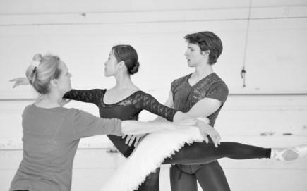 Hyo-Jung Kang und David Moore mit Ballettmeisterin Andria Hall bei der Probe