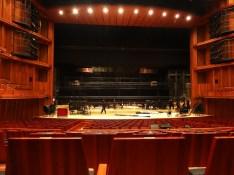 Blick auf die Bühne des Hyogo Perfroming Arts Center. Die Technik hat noch einiges zu tun ...