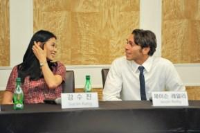 Sue Jin Kang und Jason Reilly bei der Pressekonferenz.