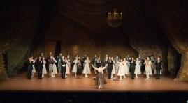Die Tänzer des Stuttgarter Balletts applaudieren für Sue Jin Kang.