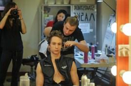 Miriam Kacerova macht ein Foto von unserem Fotographen Roman Novitzky, der von Roman Rädcher als Fürst Gremin geschminkt wird.