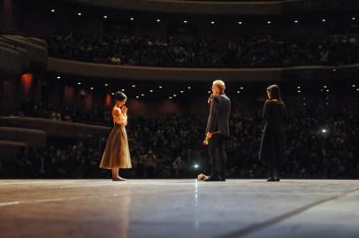 Unser Ballettintendant Reid Anderson hält zu Ehren von Sue Jin Kang eine kurze Rede – er hat sie 1997 zur Ersten Solistin ernannt.