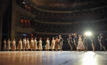 Jeder Tänzer der Compagnie überreicht Sue Jin Kang eine Blume, als Zeichen des Respekts für ihre unglaubliche Karriere und Anerkennung einer geliebten und geschätzten Kollegin.