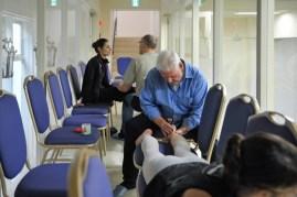 Unsere Physiotherapeuten Richard Gilmore und Gretus Mossig bei der Arbeit (mit Joana Romeneiro und Elisa Ghisalberti)