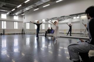 Elisa Badenes und Daniel Camargo proben Romeo und Julia im Ballettsaal des Tokyo Ballet mit Ballettmeister Krzysztof Nowogrodzki