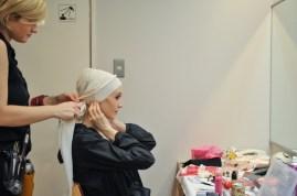 Alicia Amatriain mit Maskenbildnerin Beater Wagner in der Pause vor dem zweiten Akt.