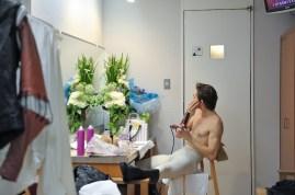 Friedemann Vogel nutzt die Pause um sein Make-up zu erneuern und die Haare zu trocknen