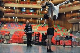 Reid Anderson mit Miriam Kacerova und Constantine Allen bei der Probe zu Romeo und Julia