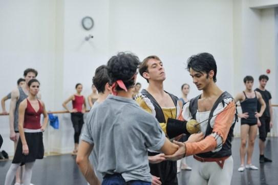 Probe zu Romeo und Julia: Pablo von Sternenfels als Mercutio, Louis Stiens als Benvolio, Robert Robinson als Tybalt und Constantine Allen als Romeo