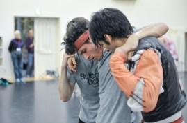 Probe zu Romeo und Julia: Louis Stiens als Benvolio, Pablo von Sternenfels als Mercutio und Constantine Allen als Romeo