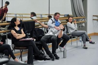 Da wird eine Pose auch mal vom Choreographen und Ballettmeister getestet ... (v.l.n.r.: Ballettmeisterin Yseult Lendvai, Demis Volpi, Ballettmeister Thierry Michel, Bühnenbildassistentin Marlene Beer)