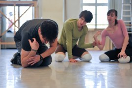 Unser Hauschoreograph Demis Volpi bei der Arbei im Ballettsaal, mit Elisa Badenes und David Moore