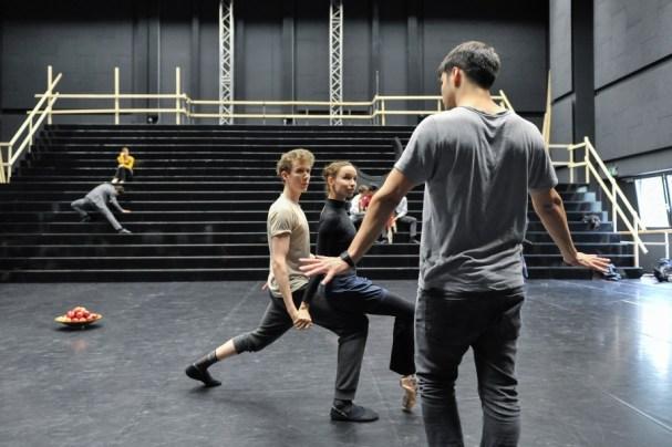 Miriam Kacerova und Alexander Mc Gowan mit Demis Volpi bei einer Probe zu Salome