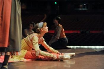 Alicia Amatriain tanzt heute Abend als Julia, hier auf der Bühne vor der Probe