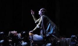 Melinda Witham als Lady Capulet und Matteo Crockard-Villa als der tote Tybalt