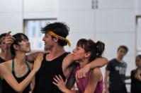 Pablo von Sternenfels als Mercutio mit Ami Morita und Magdalena Dziegielewska als Zigeunerinnen