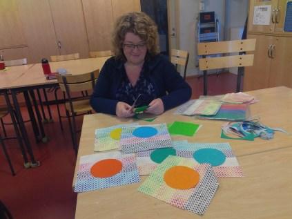Karina klipper ut cirklar som sen ska sitta på block i olika färger.