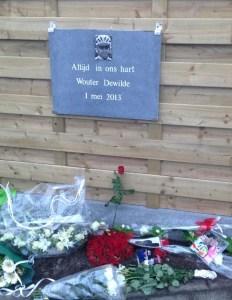 Herdenkingsteen voor Wouetr Dewilde bevindend enkele meters van de plaats waar Wouter verongelukte.