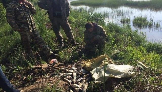 На Тисмениччині затримали чоловіків, які крали рибу зі ставка