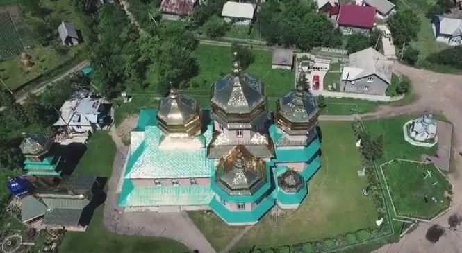 Один з найбільших дерев'яних храмів України – у с.Новиця (відео з дрона)