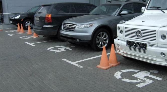 Штрафи за паркування на місцях для людей з інваліднісю суттєво збільшать